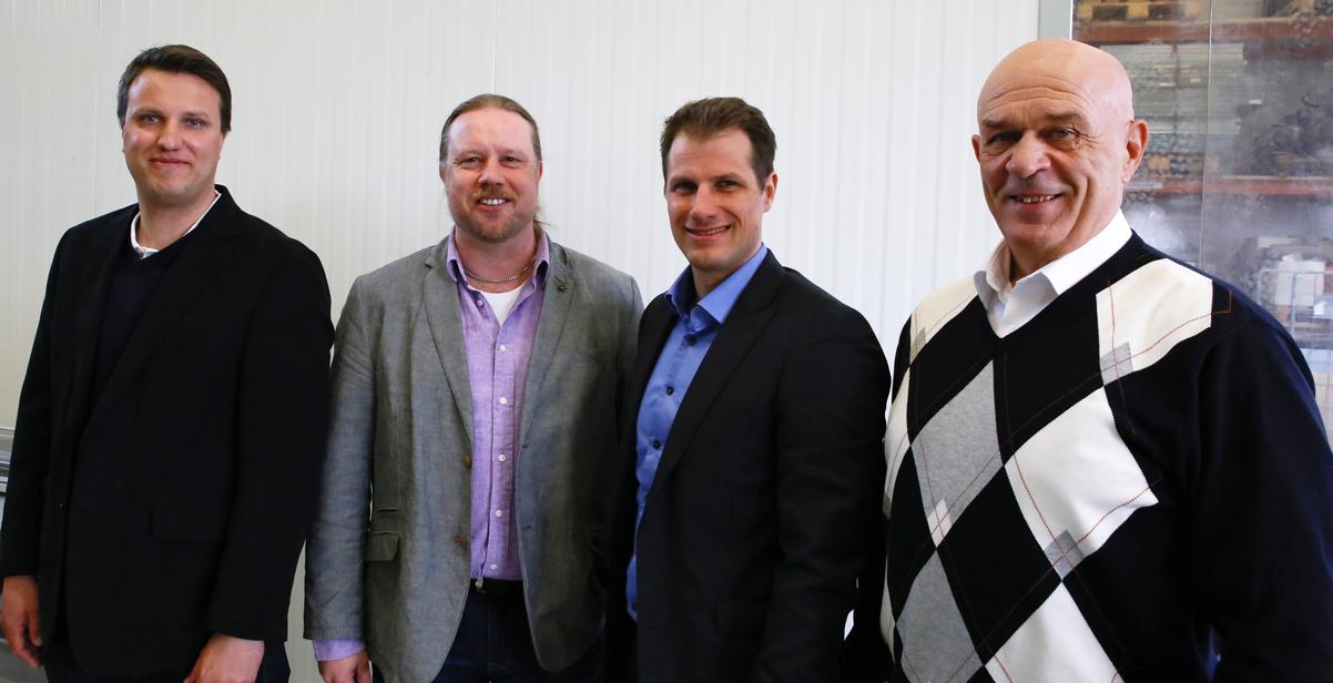 Yhteistyösopimusta olivat allekirjoittamassa (vasemmalta) Grafinetin Samu Virtanen, Kojalaitin Pasi Raunio, Grafinetin Joni Virtanen ja Kojalaitin Mikko Nevalainen.