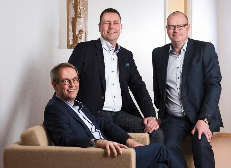 Granon toimitusjohtaja Jaakko Hirvonen ja Vaasan aluejohtaja Mikael Back yhdessä Fram Oy:n toimitusjohtaja Jan Rosendahlin kanssa. Kuva: Esa Siltaloppi.