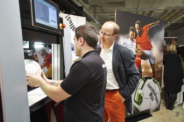 Heidelberg esittelee messuilla neliväristä esineille painavaa Jetmaster Dimension-laitetta.