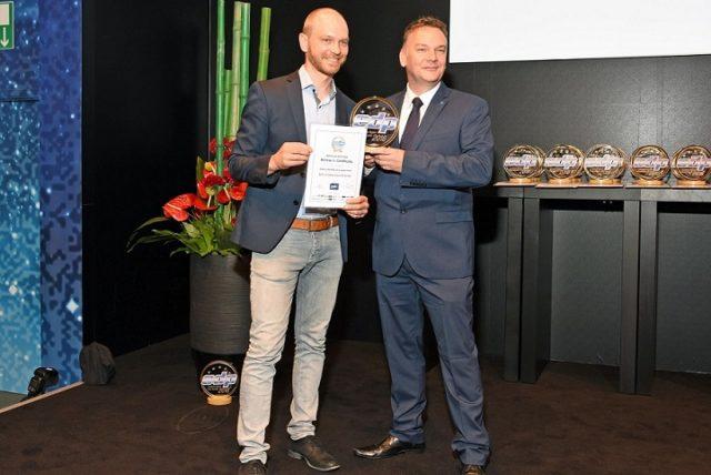 Print&Median Jarkko Hakolalla oli kunnia ojentaa Konica Minoltan Mark Hinderille palkinto parhaasta B2-koon digipainokoneesta (AccurioJet KM-1).