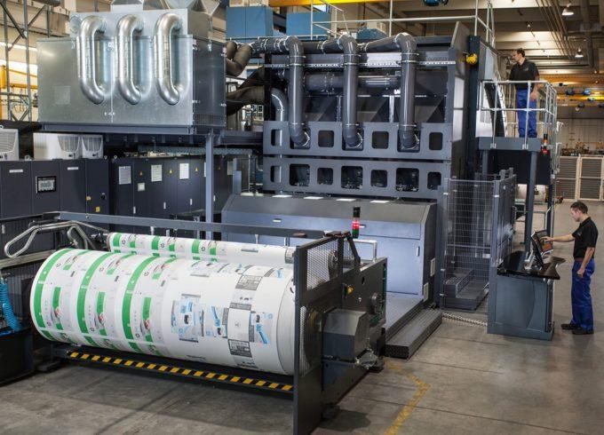 Uuden painokoneen 2,8 metriä leveä painorata voidaan jakaa useisiin kaistoihin, joissa voidaan painaa samanaikaisesti useita eri töitä. Kuva HP.