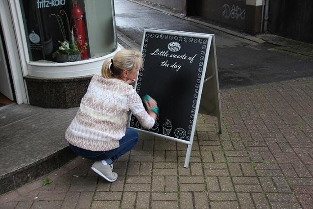 Uudenlaista liitutaulua kokeili kahvila beans & sweets Krefeldissä. Kuva Neschen.