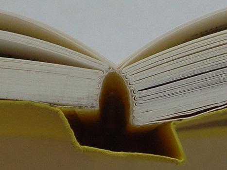Otavan Kirjapainossa kehitetty Otabind-sidonta lisää pehmeäkantisen kirjan kestävyyttä.