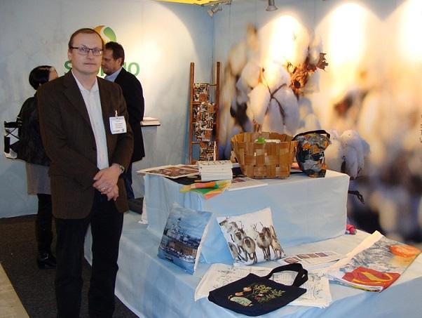 Printscorpion toimitusjohtaja Tommi Helminen esitteli Myymälä-tapahtumassa asiakkaidensa tekemiä tuotteita sisustamiseen ja vaatetukseen. Kuva Digitext.