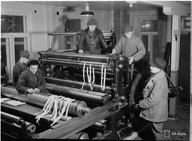 Sanomalehti Laatokan painokonetta asennetaan paikalleen Sortavalassa vuonna 1941. Kuva: SA-kuva-arkisto.