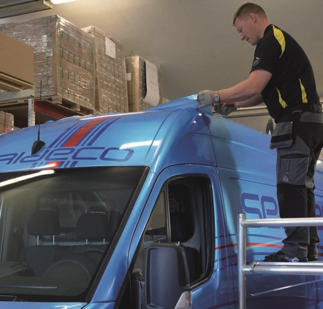 Mika Sirro yliteippaa Seri-Decon lähettiautoa.