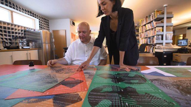 Tony Brookin johdolla suunniteltiin 12 graafista pohjaa 220 000 erilaiselle julisteelle.