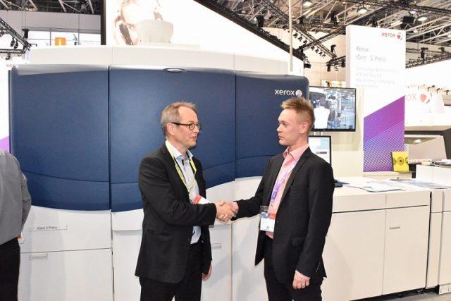 Granon toimitusjohtaja Jaakko Hirvonen (vas) ja Xeroxin johtaja Janne Tilli sopivat IGen5-painokoneen toimituksesta Drupassa.