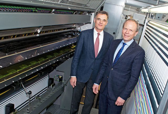 KBA:n toimitusjohtaja Claus Bolza-Schunemann (vas) ja talousjohtaja Mathias Dähn KBA RotaJET 225-painokoneella.