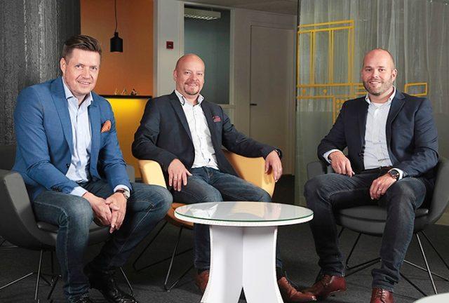 Kuvassa vasemmalta MicroMedian toimitusjohtaja Timo Häkkinen ja Granon varatoimitusjohtaja Mirka Airaksinen sekä logistiikkapäällikkö Mikko Heinonen.