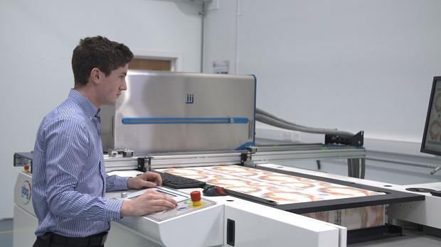 IIJ:n uusi järjestelmä tulostaa tapetteja suurella nopeudella.