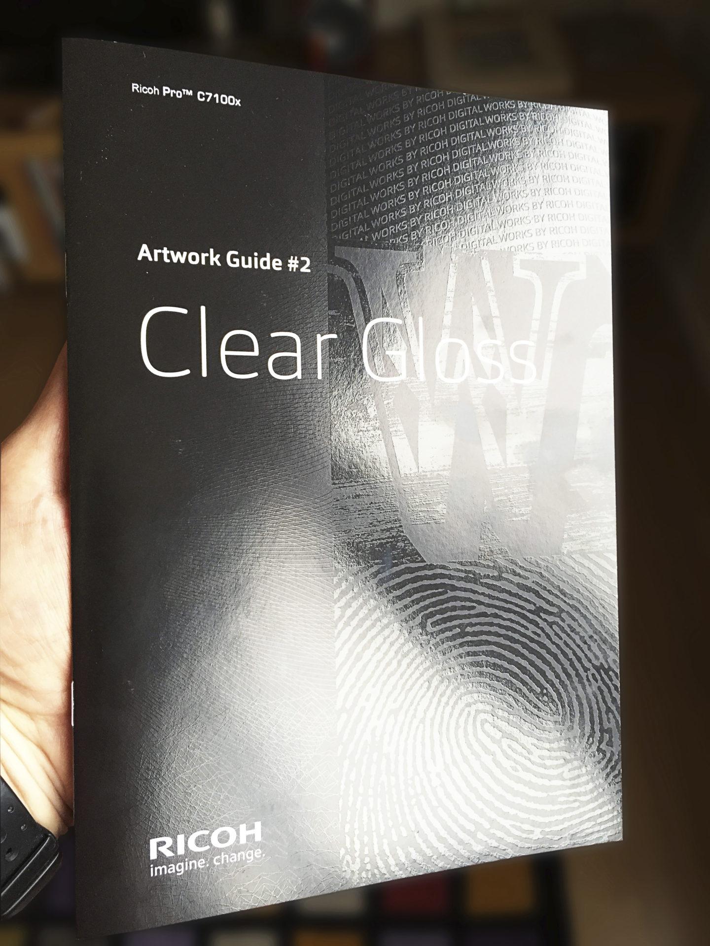 Valkoinen väri ja lakka tuovat digipainotuotteeseen uudenlaisia mahdollisuuksia. Kuvassa on tulostettu valkoinen väri mustalle paperille ja grafiikka on viimeistelty lakka-aineella.